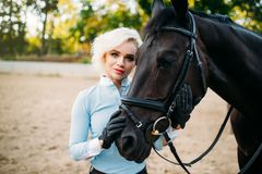 Πορτρέτο της γυναίκας και του αλόγου, οδήγηση πλατών αλόγου Στοκ φωτογραφίες με δικαίωμα ελεύθερης χρήσης
