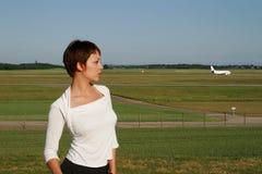 Πορτρέτο της γυναίκας με ένα αεροπλάνο στοκ φωτογραφία