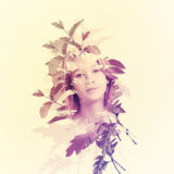 Πορτρέτο της γυναίκας με τα φύλλα Στοκ εικόνες με δικαίωμα ελεύθερης χρήσης