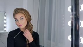 Πορτρέτο της γυναίκας με την όμορφη σύνθεση που εξετάζει την αντανάκλασή της στον καθρέφτη Στοκ Εικόνες