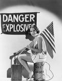 Πορτρέτο της γυναίκας με τη αμερικανική σημαία και τις εκρηκτικές ύλες (όλα τα πρόσωπα που απεικονίζονται δεν ζουν περισσότερο κα Στοκ εικόνες με δικαίωμα ελεύθερης χρήσης