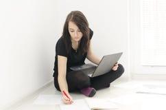 Πορτρέτο της γυναίκας με το σημειωματάριο Στοκ φωτογραφίες με δικαίωμα ελεύθερης χρήσης