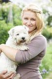 Πορτρέτο της γυναίκας με το σκυλί της Pet στον κήπο Στοκ φωτογραφία με δικαίωμα ελεύθερης χρήσης