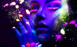 Πορτρέτο της γυναίκας μόδας ομορφιάς στο φως νέου στοκ εικόνες με δικαίωμα ελεύθερης χρήσης