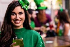 Πορτρέτο της γυναίκας που γιορτάζει την ημέρα του ST Patricks Στοκ Εικόνες