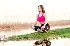 Πορτρέτο της γυναίκας που κάνει τη γιόγκα στη φύση Στοκ Φωτογραφία