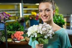 Πορτρέτο της γυναίκας που κρατά μια δέσμη των λουλουδιών Στοκ φωτογραφία με δικαίωμα ελεύθερης χρήσης