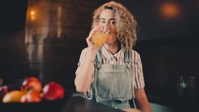 Πορτρέτο της γυναίκας που πίνει το χυμό από πορτοκάλι και το χαμόγελο απόθεμα βίντεο