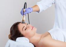 Πορτρέτο της γυναίκας που παίρνει την RF-ανύψωση στο πρόσωπο και το λαιμό Διαδικασία ανύψωσης RF στοκ εικόνα με δικαίωμα ελεύθερης χρήσης