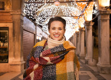 Πορτρέτο της γυναίκας που στέκεται κάτω από το φως Χριστουγέννων στη Βενετία Στοκ φωτογραφία με δικαίωμα ελεύθερης χρήσης