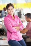 Πορτρέτο της γυναίκας που στέκεται στο πολυάσχολο δημιουργικό γραφείο Στοκ φωτογραφία με δικαίωμα ελεύθερης χρήσης