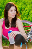 Πορτρέτο της γυναίκας που στηρίζεται κοντά στο ποδήλατο Στοκ Εικόνα