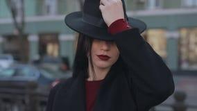 Πορτρέτο της γυναίκας που φορά το καπέλο απόθεμα βίντεο