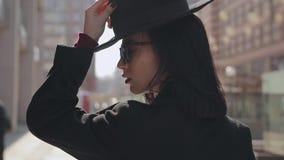 Πορτρέτο της γυναίκας που φορά το καπέλο φιλμ μικρού μήκους