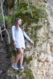 Πορτρέτο της γυναίκας σε έναν βράχο Στοκ Φωτογραφία