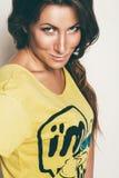 Πορτρέτο της γυναίκας στην κίτρινη κορυφή Στοκ φωτογραφία με δικαίωμα ελεύθερης χρήσης