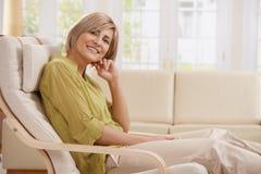 Πορτρέτο της γυναίκας στην πολυθρόνα στοκ εικόνες με δικαίωμα ελεύθερης χρήσης