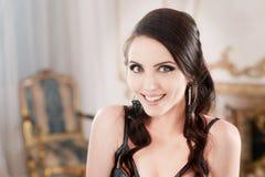 Πορτρέτο της γυναίκας στο μακρύ μπλε φόρεμα δαντελλών βαθιά Makeup στο αναδρομικό, εκλεκτής ποιότητας ύφος στοκ εικόνες