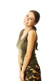 Πορτρέτο της γυναίκας στο στρατιωτικό χαμόγελο ενδυμάτων Στοκ φωτογραφία με δικαίωμα ελεύθερης χρήσης