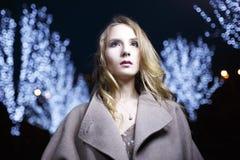 Πορτρέτο της γυναίκας στο όμορφο παλτό Στοκ Εικόνες