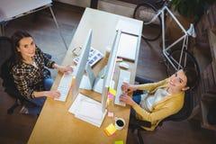 Πορτρέτο της γυναίκας συνάδελφοι που εργάζεται στο γραφείο υπολογιστών Στοκ φωτογραφία με δικαίωμα ελεύθερης χρήσης