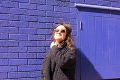 Πορτρέτο της γυναίκας Hipster με τον αέρα που βρωμίζει επάνω την τρίχα της Στοκ Φωτογραφία