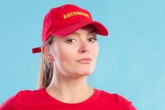 Πορτρέτο της γυναίκας lifeguard στην κόκκινη ΚΑΠ Στοκ Εικόνες