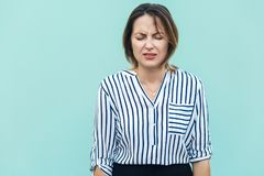 Πορτρέτο της δυστυχισμένης και καταθλιπτικής γυναίκας με το ξανθό συναίσθημα τρίχας Στοκ Εικόνες