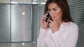 Πορτρέτο της δυστυχισμένης νέας επιχειρηματία που μιλά στο τηλέφωνο στην αρχή απόθεμα βίντεο