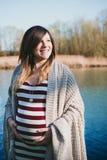 Πορτρέτο της εγκύου γυναίκας στην ακτή στον ποταμό Στοκ φωτογραφία με δικαίωμα ελεύθερης χρήσης