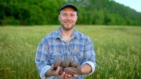 Πορτρέτο της εκμετάλλευσης αγροτών στο βιολογικό προϊόν χεριών των πατατών Έννοια - αγορά της Farmer, οργανική καλλιέργεια, αγρόκ απόθεμα βίντεο
