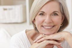 Πορτρέτο της ελκυστικής ανώτερης γυναίκας Στοκ Φωτογραφία