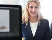 Πορτρέτο της ελκυστικής συνεδρίασης επιχειρησιακών γυναικών στο σύγχρονο γραφείο Στοκ φωτογραφίες με δικαίωμα ελεύθερης χρήσης
