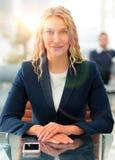 Πορτρέτο της ελκυστικής συνεδρίασης επιχειρησιακών γυναικών στο σύγχρονο γραφείο Στοκ Φωτογραφίες