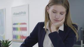 Πορτρέτο της ενδιαφερόμενης λυπημένης νέας κυρίας στα επίσημα ενδύματα που κοιτάζουν μακριά και κάτω, που σκέφτεται για το πρόβλη απόθεμα βίντεο