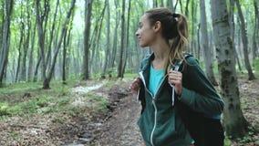 Πορτρέτο της ενεργού υγιούς πεζοπορίας γυναικών στο όμορφο δάσος φιλμ μικρού μήκους
