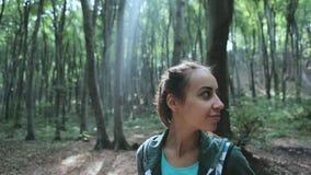 Πορτρέτο της ενεργού υγιούς πεζοπορίας γυναικών στο όμορφο δάσος απόθεμα βίντεο