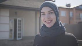 Πορτρέτο της επιτυχούς βέβαιας νέας μουσουλμανικής επιχειρησιακής γυναίκας που εξετάζει τη κάμερα που χαμογελά την ευτυχή φθορά π απόθεμα βίντεο