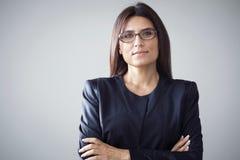 Πορτρέτο της επιχειρηματία στο γκρίζο υπόβαθρο στοκ φωτογραφία
