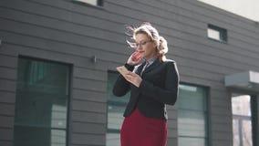 Πορτρέτο της επιχειρησιακής γυναίκας με τα κινητά τηλεφωνικά χέρια φιλμ μικρού μήκους