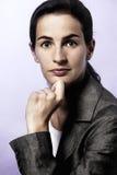 Πορτρέτο της επιχειρησιακής γυναίκας, πηγούνι που στηρίζεται σε ετοιμότητα. Στοκ Εικόνες