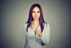 Πορτρέτο της επιχειρησιακής γυναίκας που δείχνει το δάχτυλο στο θεατή Στοκ φωτογραφία με δικαίωμα ελεύθερης χρήσης