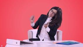 Πορτρέτο της επιχειρησιακής γυναίκας σε ένα επιχειρησιακό κοστούμι Αυτή ` s που χαμογελά, μιλώντας στο τηλέφωνο και τα σημάδια μι απόθεμα βίντεο