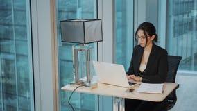 Πορτρέτο της εργασίας επιχειρησιακών γυναικών στον πίνακα σε ένα σύγχρονο γραφείο Επιχειρησιακή γυναίκα που εργάζεται στη συνεδρί φιλμ μικρού μήκους