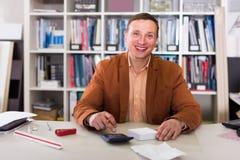 Πορτρέτο της εργασίας διευθυντών χαμόγελου στο γραφείο αντιπροσωπειών Στοκ φωτογραφία με δικαίωμα ελεύθερης χρήσης