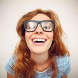 Πορτρέτο της ευτυχούς αστείας νέας γυναίκας Στοκ Εικόνες