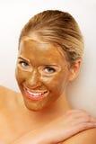 Πορτρέτο της ευτυχούς γυναίκας με τη μάσκα σοκολάτας Στοκ εικόνα με δικαίωμα ελεύθερης χρήσης