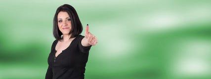 Πορτρέτο της ευτυχούς γυναίκας με τον αντίχειρα επάνω Στοκ φωτογραφία με δικαίωμα ελεύθερης χρήσης