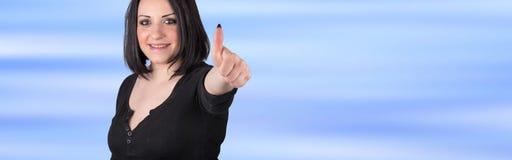 Πορτρέτο της ευτυχούς γυναίκας με τον αντίχειρα επάνω Στοκ Εικόνες