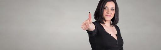 Πορτρέτο της ευτυχούς γυναίκας με τον αντίχειρα επάνω Στοκ Εικόνα